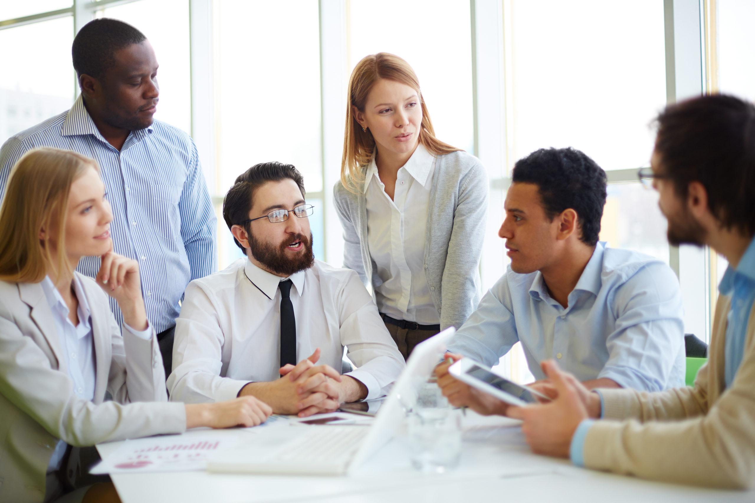 Groupe de responsables et de salariés de différentes mutuelles qui échangent autour d'un sujet de fond