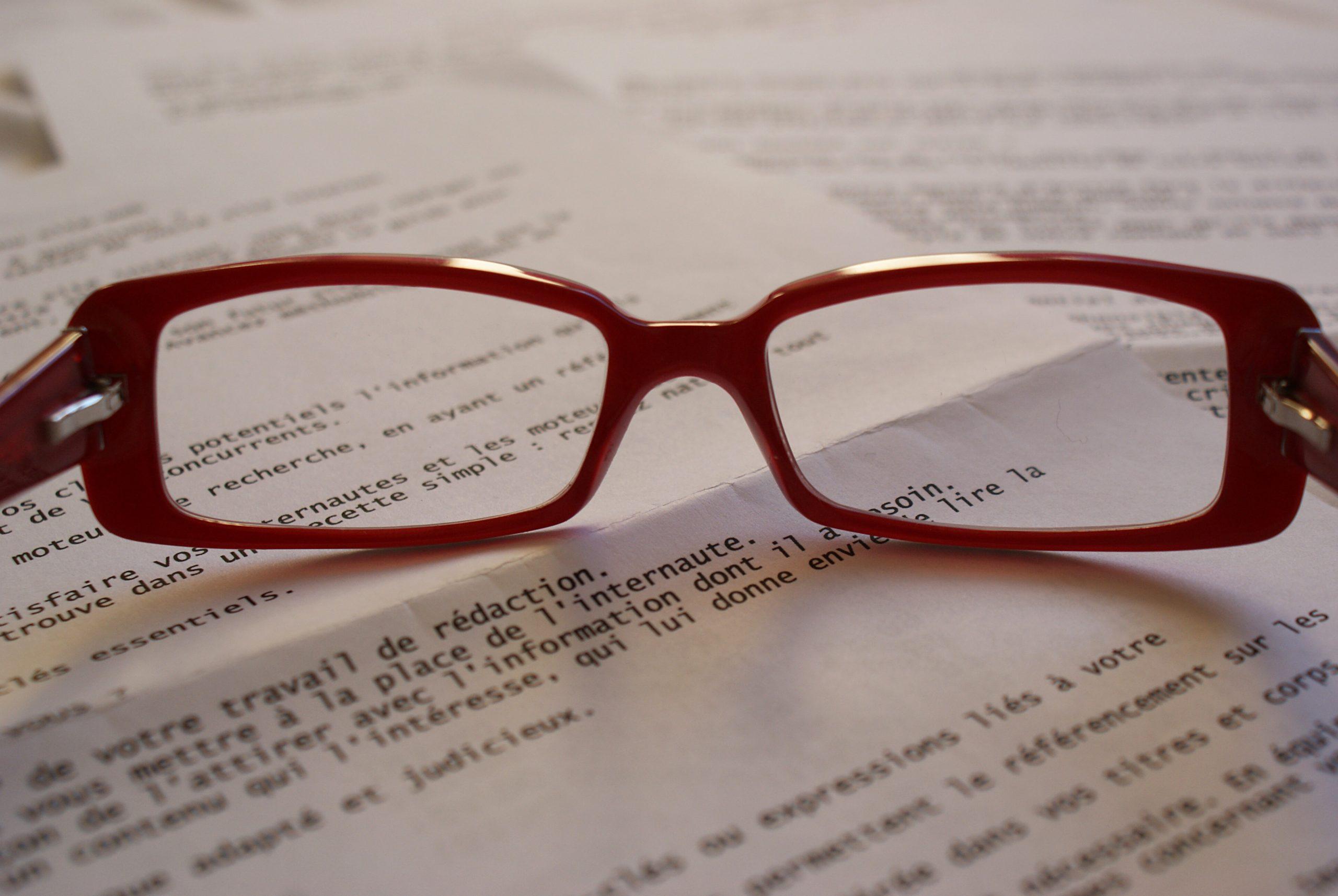 lunette posées sur un livre