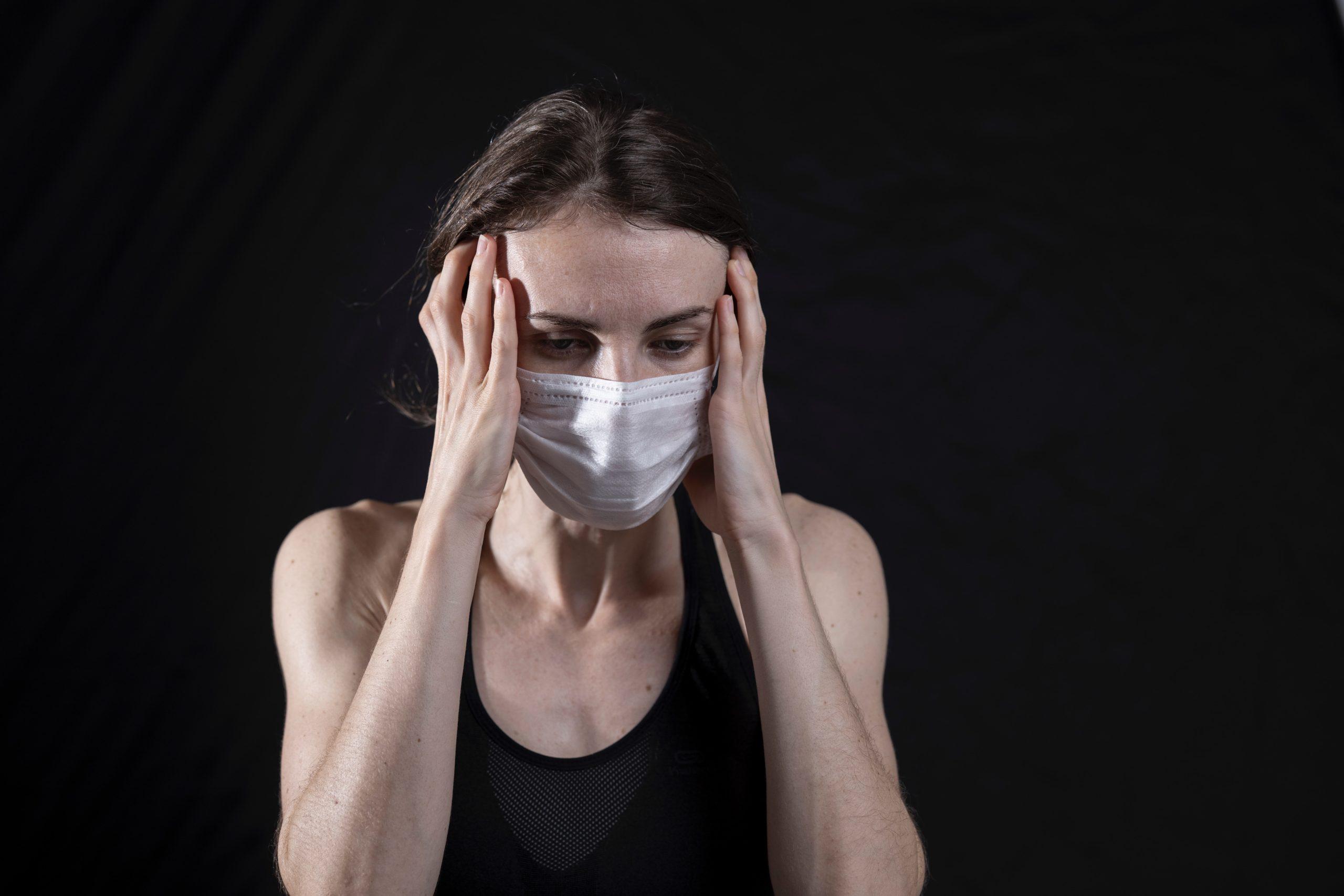 Image d'une personne en état de stress et portant un masque pour illustrer le stress du reconfinement