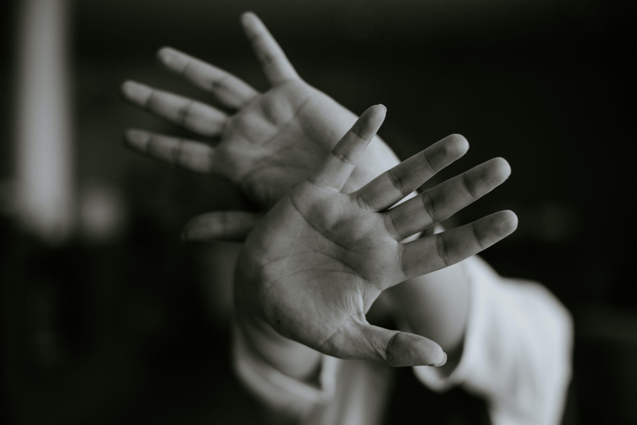 image d'une personne en détresse pour rappeler les violences à la maison