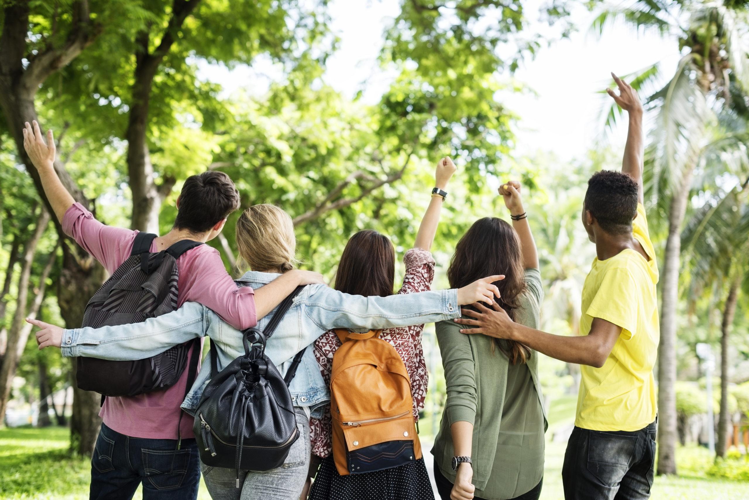 Jeunes amis dans un parc