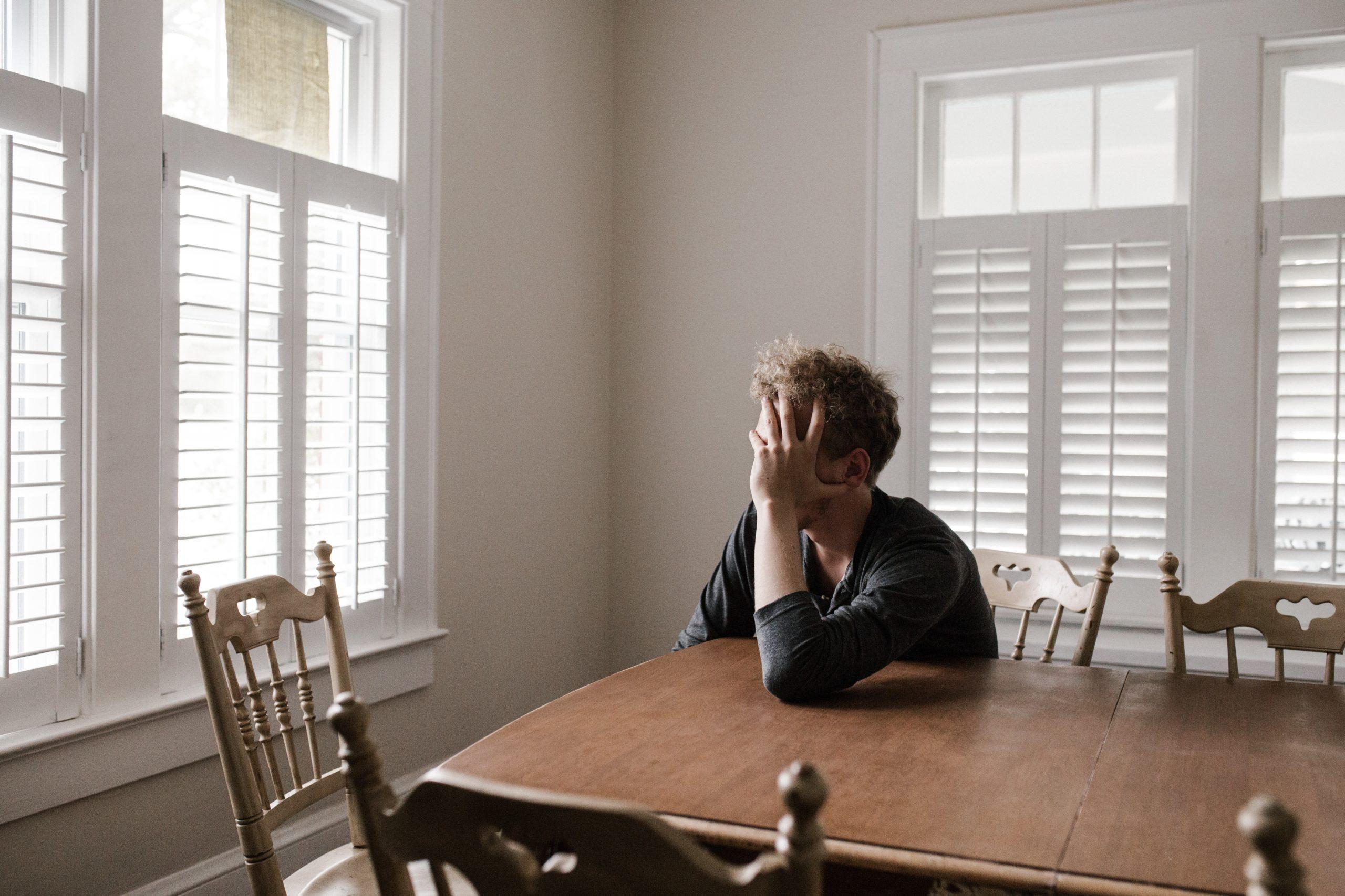 Photo d'un homme ne se sentant pas bien pour illustrer les risques psychosociaux dans la fonction publique