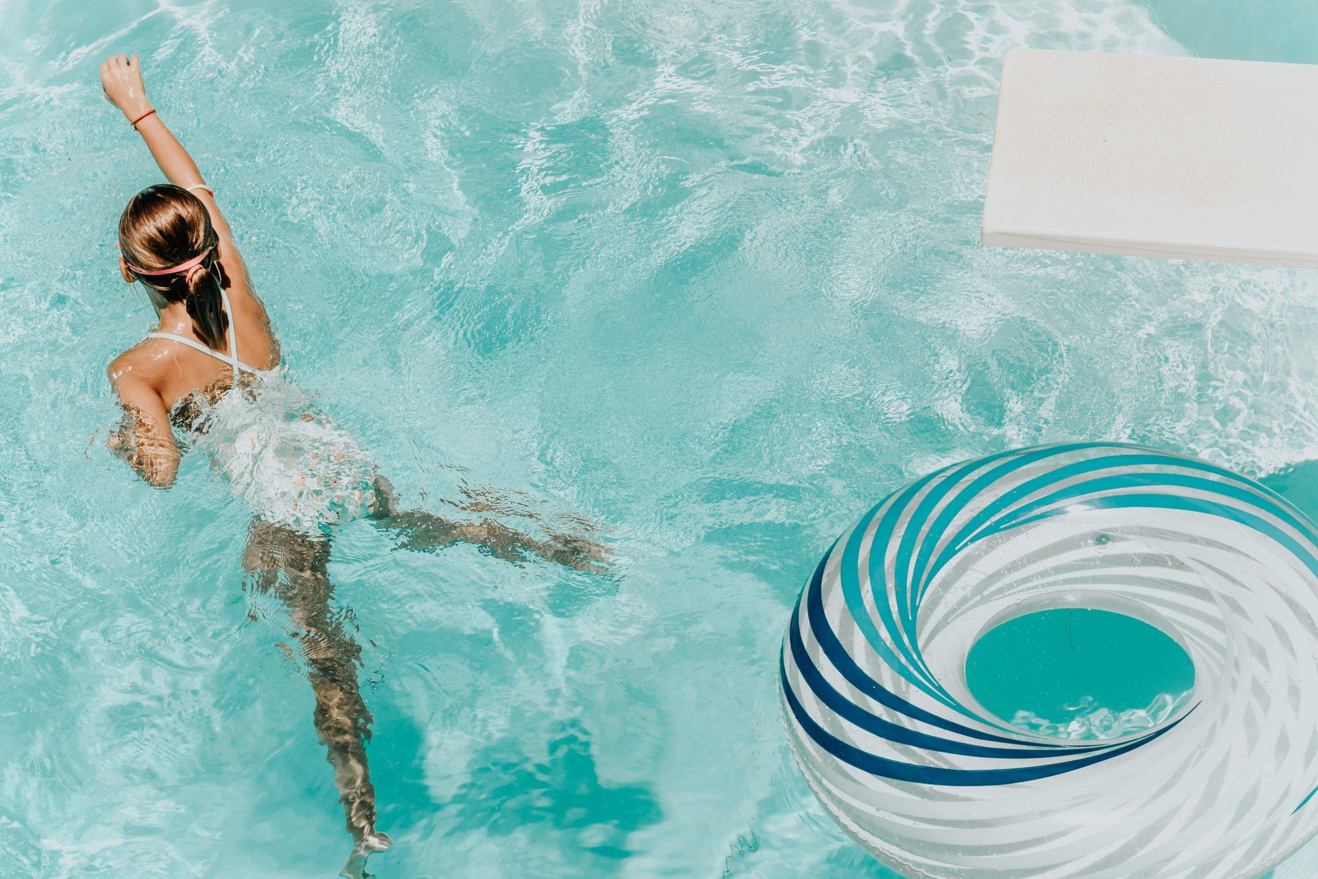 Photo d'une personne se baignant dans l'eau pour se rafraichir