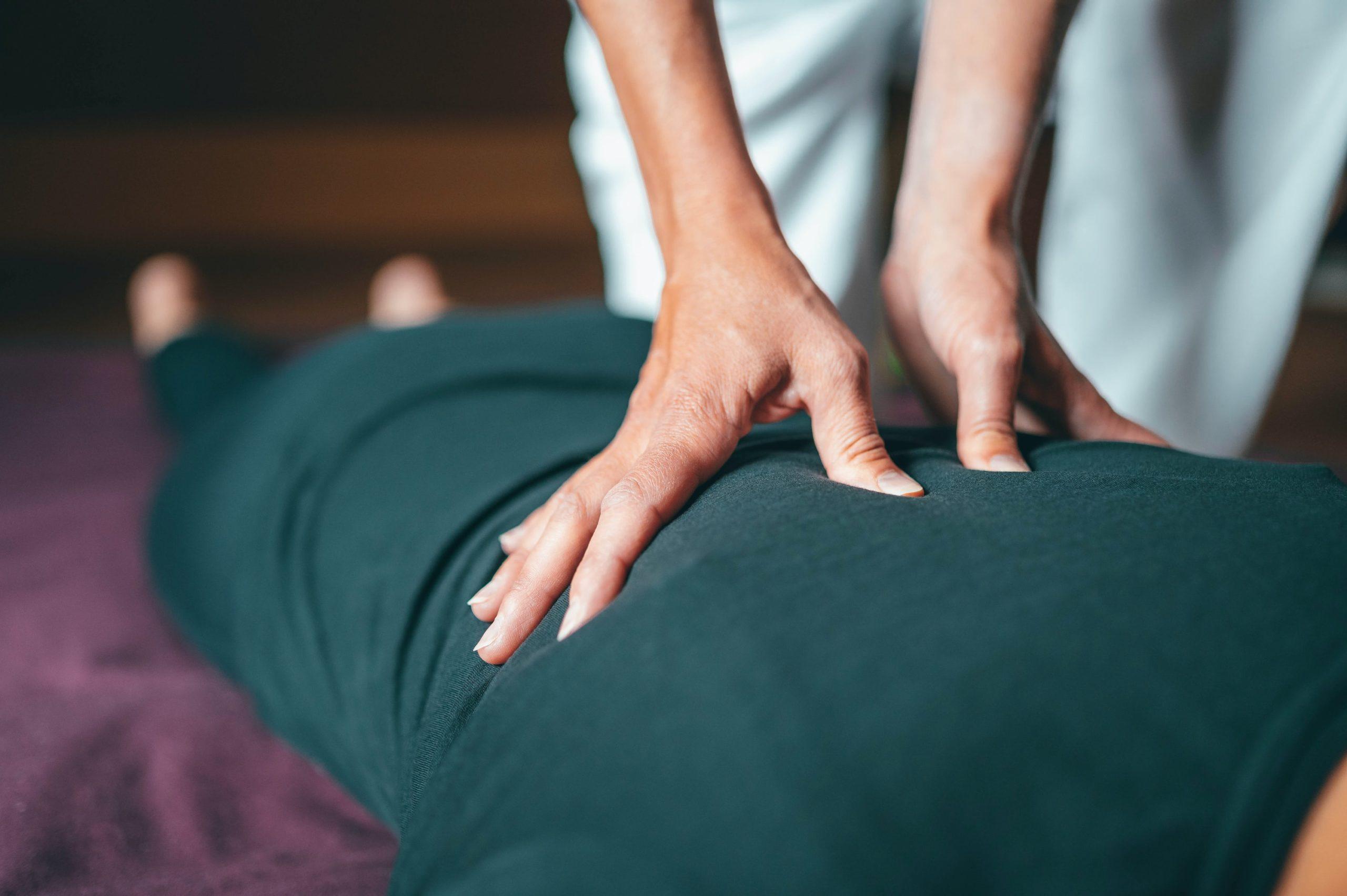 Photo d'une personne effectuant un massage de dos pour réduire les tensions