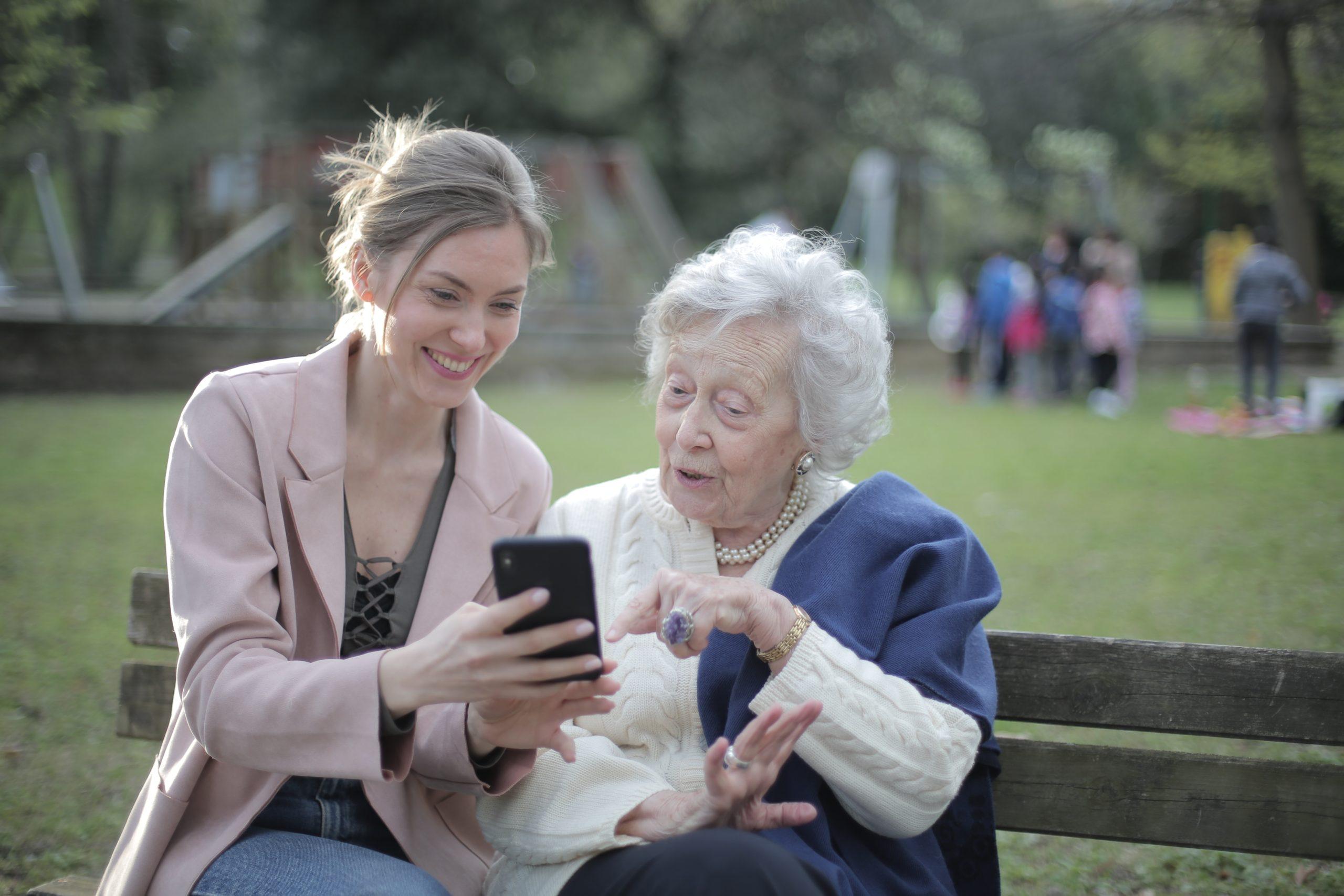 Photo d'une personne atteinte de la maladie d'alzheimer en présence d'un proche aidant dans un parc